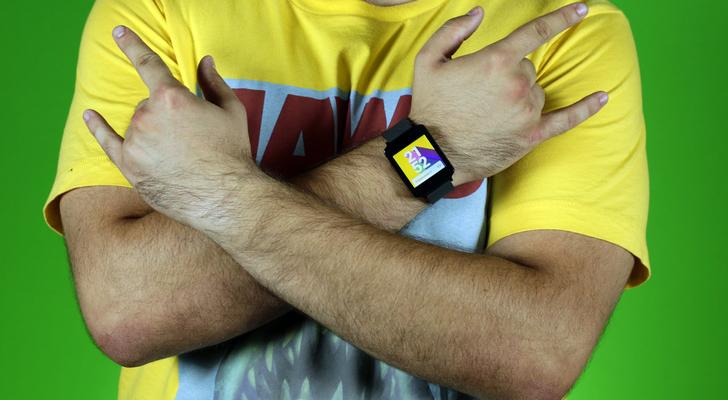 Устройство LG G Watch в использовании на руке